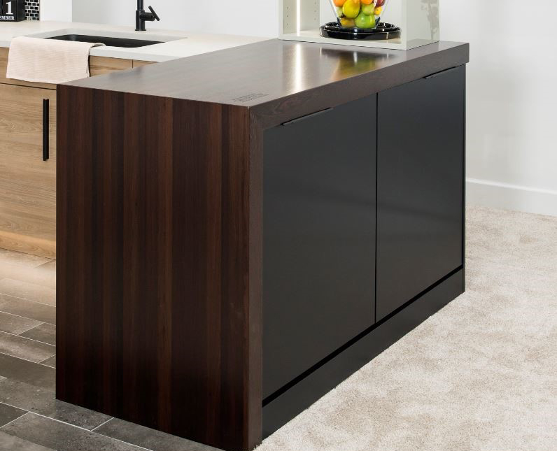 Grothouse KBIS 2020 Wellborn Cabinet Half Parsons Table